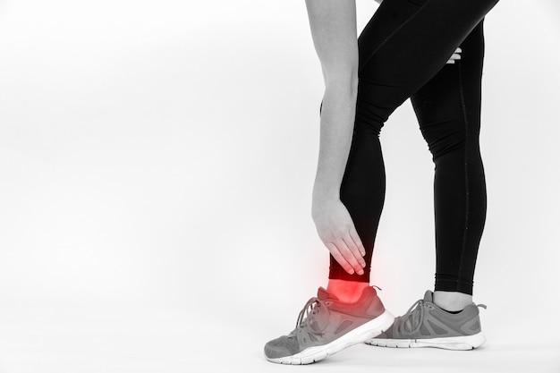 Mujer de cultivo con dolor en el tobillo