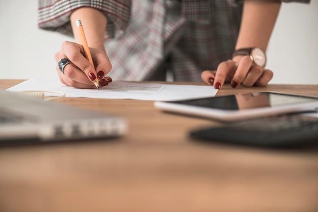 Mujer de cultivo escribiendo en papel