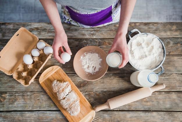 Mujer de cultivo haciendo masa para pastelería