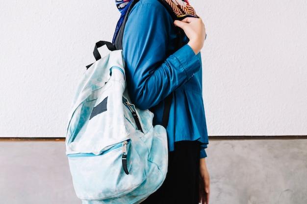 Mujer de cultivo con mochila