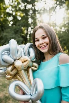 Mujer de cumpleaños sonriente mirando a cámara