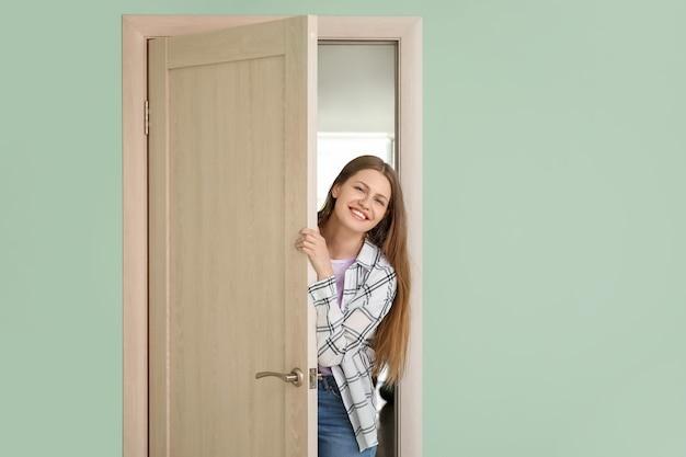 Mujer curiosa mirando por la puerta