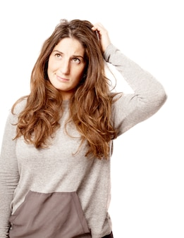 Mujer con curvas joven pensando sobre blanco