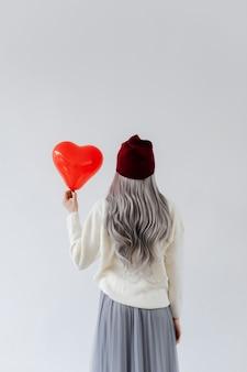 La mujer le da la espalda al amor