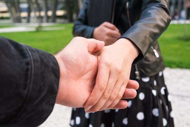 Una mujer se da la mano con un cliente en una reunión de negocios con una tableta en sus manos