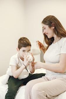 Mujer dando leche a su hijo.