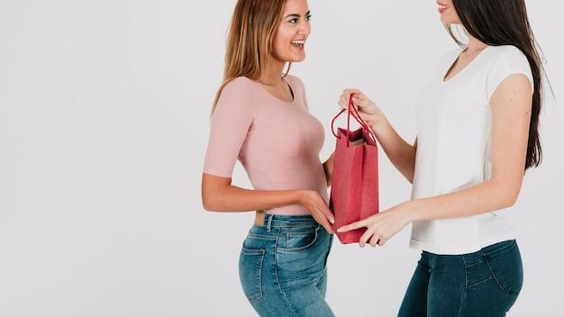 Mujer dando presente en bolsa de papel a novia