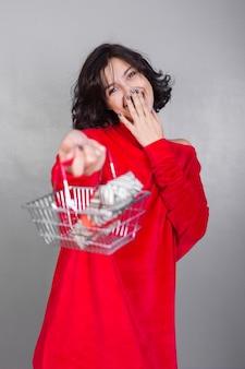Mujer, dar, cesta, con, caja del regalo