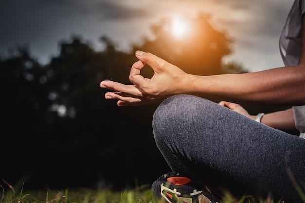 Yoga fotos y vectores gratis - Hacer meditacion en casa ...