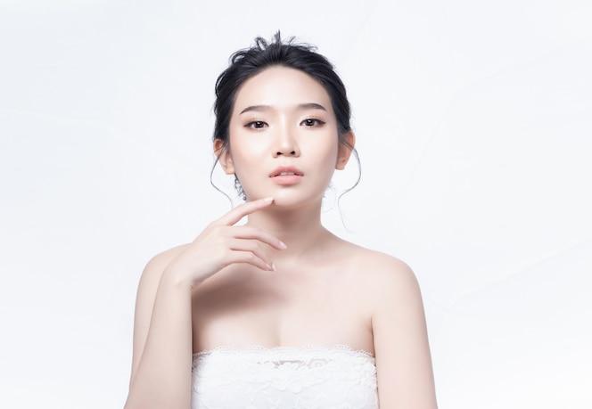 Mujer de belleza asia y tener encanto de piel blanca