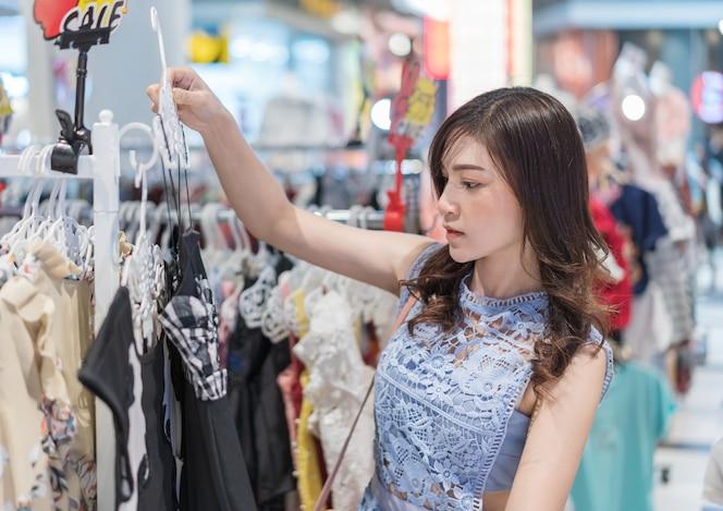 Mujer de compras en una tienda de ropa