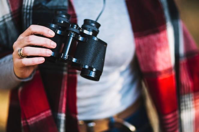Mujer de cultivo con binoculares