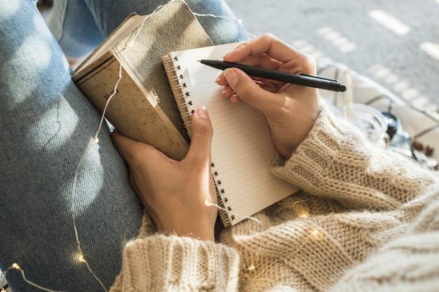 Mujer de cultivo escribiendo en cuaderno