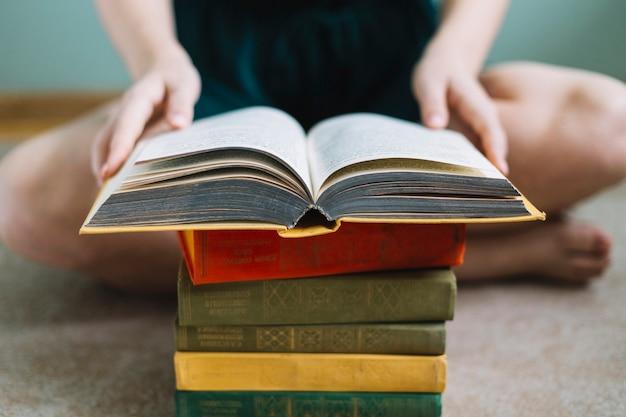 Mujer de cultivo leyendo el libro viejo