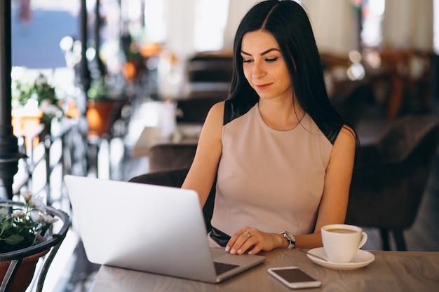 Mujer de negocios musulmana que trabaja en la computadora