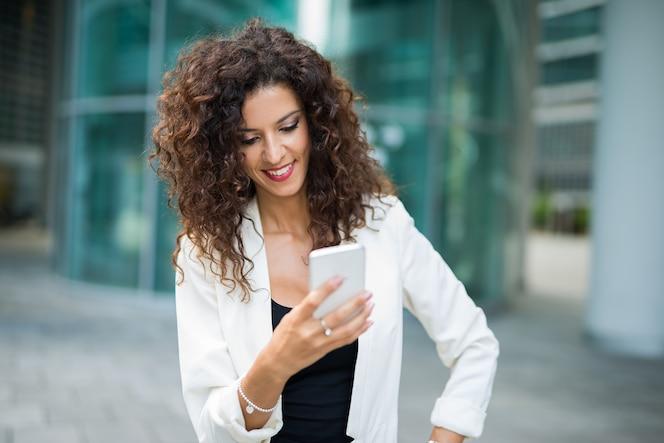 Mujer de negocios usando su teléfono móvil