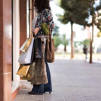 Mujer de pie fuera de la tienda