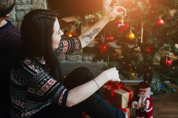 Mujer decorando el árbol de navidad