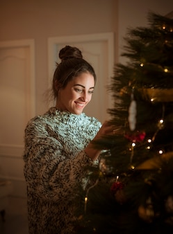 Mujer, decorar, árbol de navidad