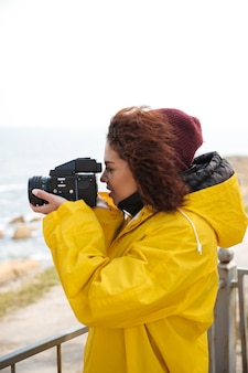La mujer se dedica a la fotografía.