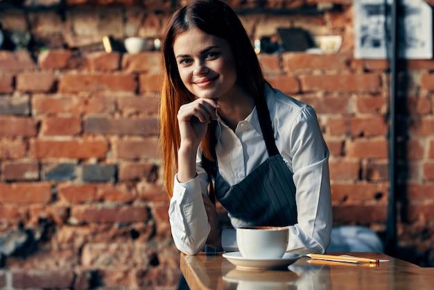 Mujer delantales camareros servicio restaurantes trabajo estilo de vida