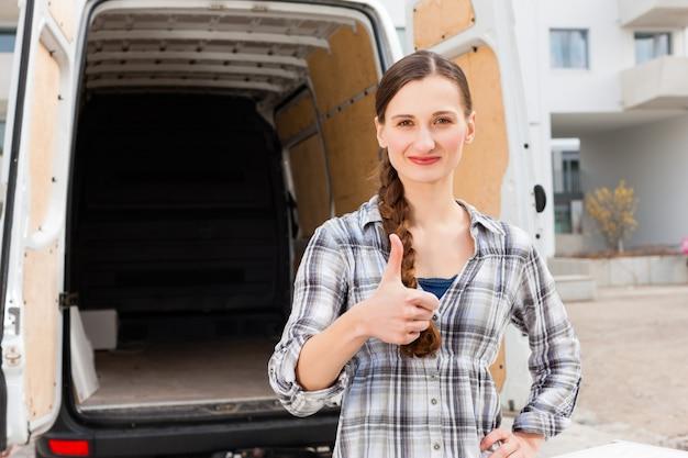 Mujer delante de camión en movimiento