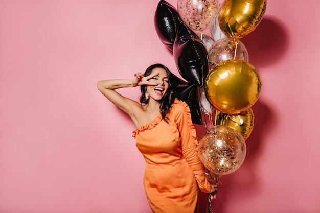 Mujer delgada feliz bailando en su fiesta de cumpleaños