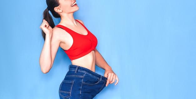 Mujer delgada en jeans