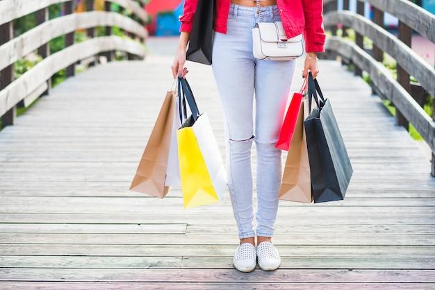 Mujer delgada con paquetes de compras