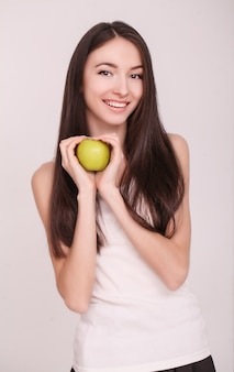 Mujer delgada sostenga en la mano manzana verde