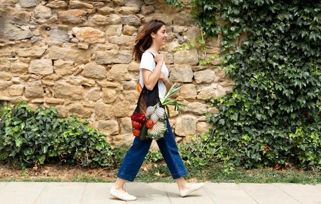 Mujer demandando una bolsa sostenible para comestibles