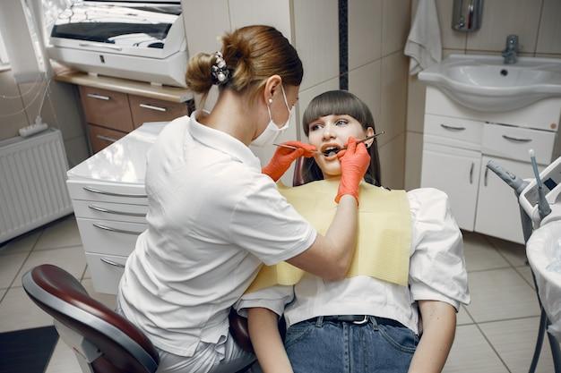 Mujer, en, un, dental, chair., niña, es, examinado, por, un, dentist., belleza, trata, ella, dientes
