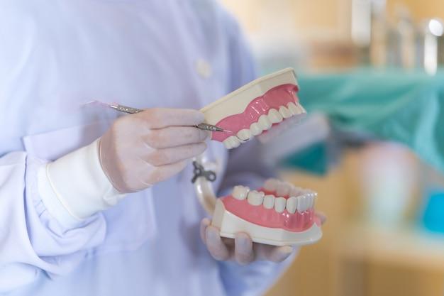 Mujer dentista de pie en el consultorio del dentista