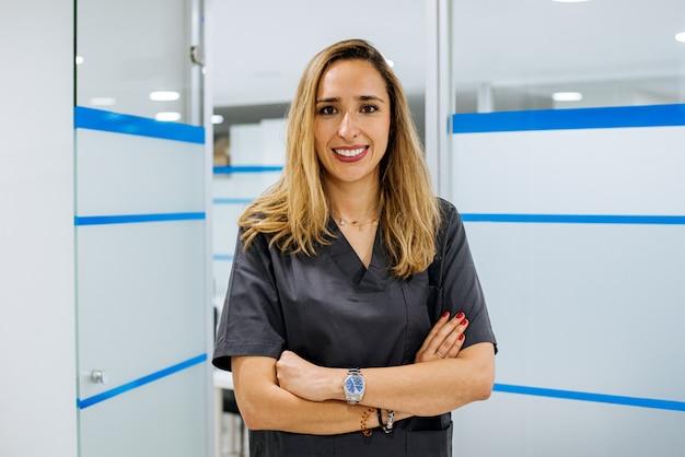 Mujer dentista en el trabajo