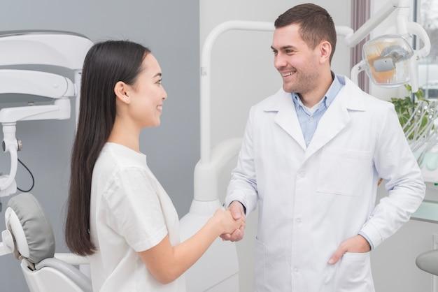 Mujer en el dentista