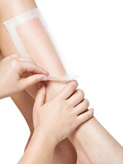 Mujer depilarse las piernas con cera