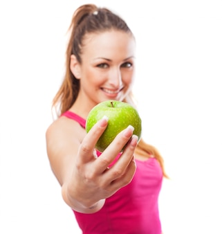 Mujer deportista con una manzana