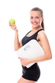 Mujer deportiva con manzana
