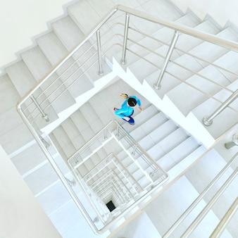 Mujer deportiva trabajando corriendo escaleras en el interior para el entrenamiento matutino