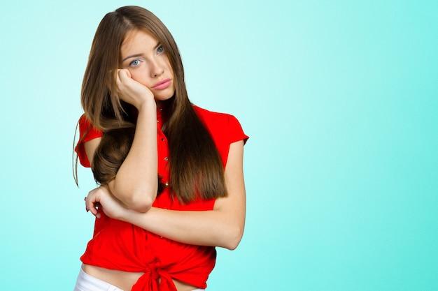 Mujer deprimida en blusa roja