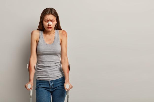 Mujer deprimida lesionada durante el deporte extremo, discapacitada y minusválida
