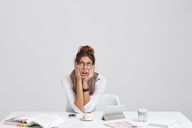 Mujer deprimida tiene expresión facial preocupada