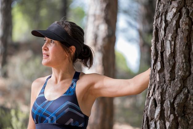 Mujer descansando después de correr
