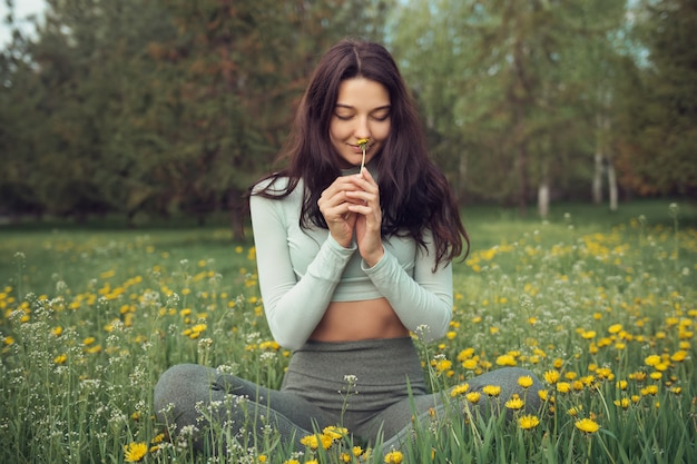 Mujer descansando en el prado al aire libre