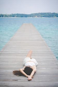 Mujer descansando en el puente