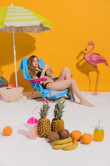 Mujer descansando en tumbona en la playa