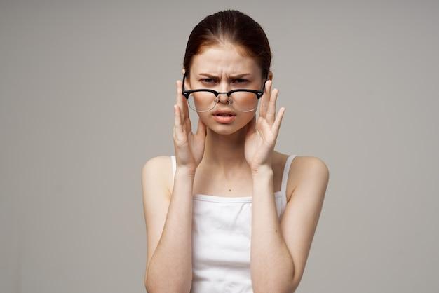 Mujer descontenta problemas de visión miopía fondo claro