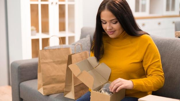 Mujer desembalaje de su nueva compra
