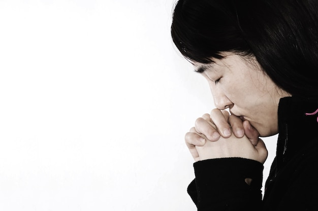 Mujer desesperada rezando en blanco