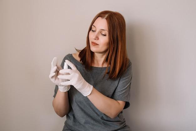 Mujer desinfecta sus manos por desinfectante